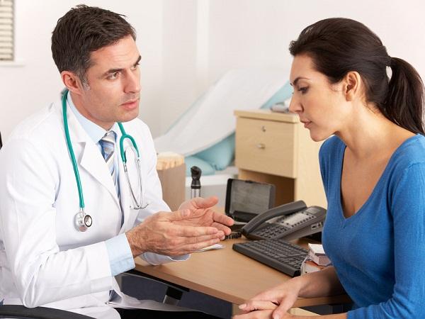 Khi máu cam chảy nhiều hoặc chảy quá 20 phút, bị trào ngược vào miệng, bà bầu cần đến gặp bác sĩ.
