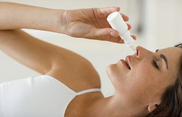 Nhỏ dung dịch muối loãng giúp hạn chế hiện tượng chảy máu cam.