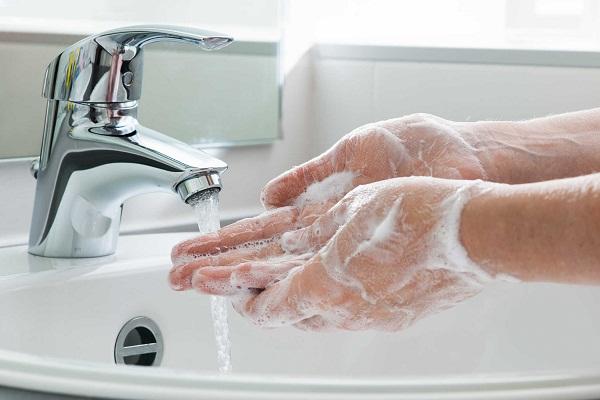 Rửa tay bằng xà phòng giúp diệt các vi khuẩn gây bệnh.
