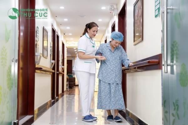 Sản phụ cần có y tá giúp việc tập đi lại.