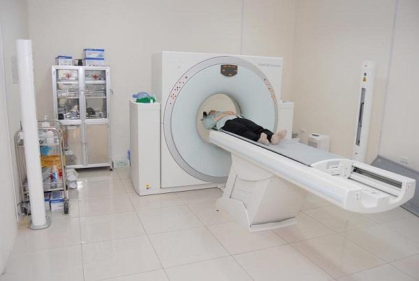 Xạ trị kết hợp hóa trị để ngăn chặn sự phát triển và lây lan của tế bào ung thư.