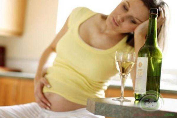 Uống rượu bia trong thời gian mang thai sẽ ảnh hưởng đến thai nhi.