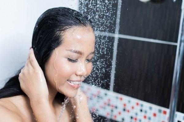 Mẹ có thể đi tiểu trong khi tắm để giảm cảm giác xót và buốt.