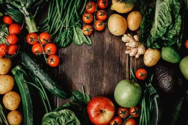 Mẹ nên ăn nhiều thức ăn nhuận tràng để tránh táo bón.
