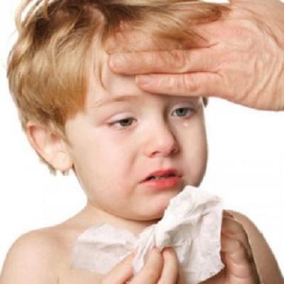 Cảm lạnh ở trẻ nguyên nhân là do nhiều loại virus nên có thể mắc phải nhiều lần trong năm.