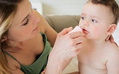 Vệ sinh mũi hàng ngày cho trẻ.