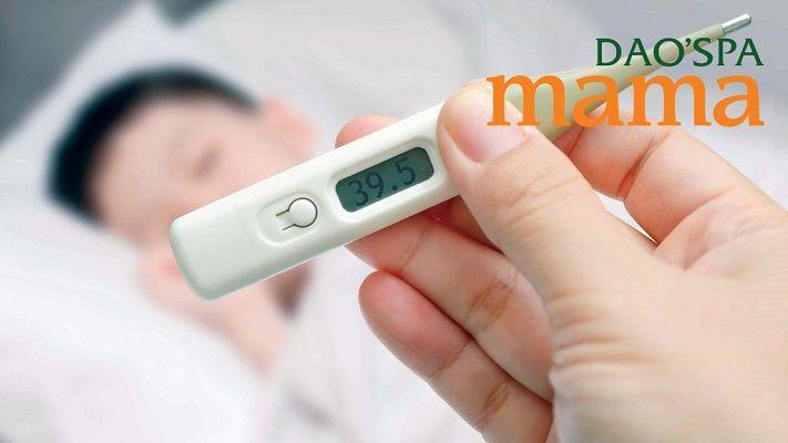 Xác định nhiệt độ của trẻ trước khi áp dụng các biện pháp hạ sốt khác