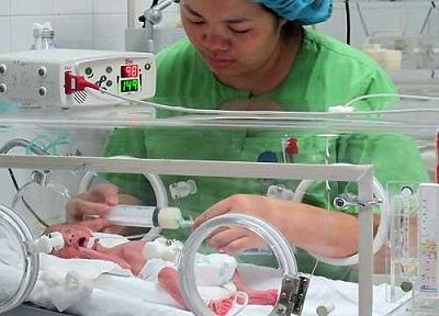 Trẻ sinh non được chăm sóc đặc biệt trong lồng ấp từ khi mới lọt lòng.