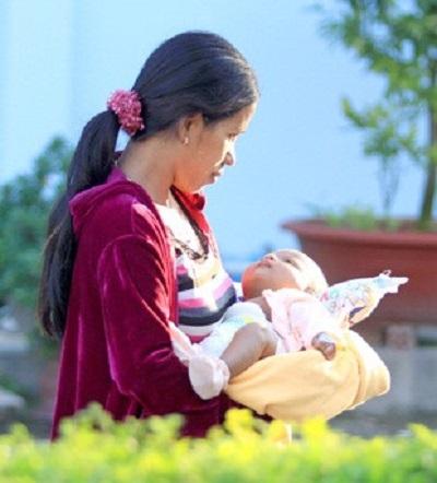 Duy trì tắm nắng 1-2 lần/tuần cho trẻ sinh non.