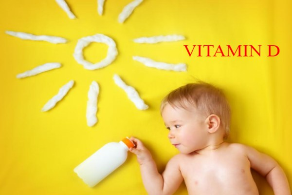 Mẹ nên tận dụng ánh nắng buổi sớm để bé được hấp thu vitamin D.