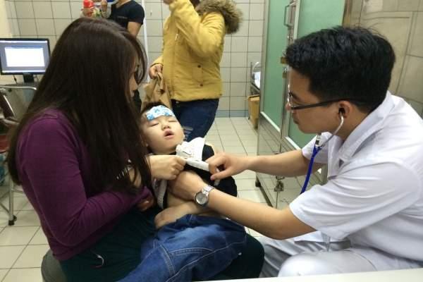 Nhiều trẻ phải nhập viện khi thời tiết nồm ẩm.