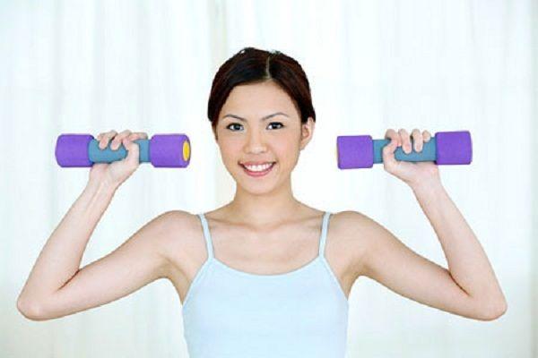 Đẩy tạ khắc phục tình trạng ngực chảy xệ sau sinh.