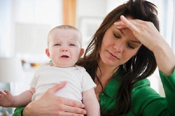Sốt cao, mệt mỏi, đau đầu, mất ngủ là giai đoạn đầu của apxe vú.