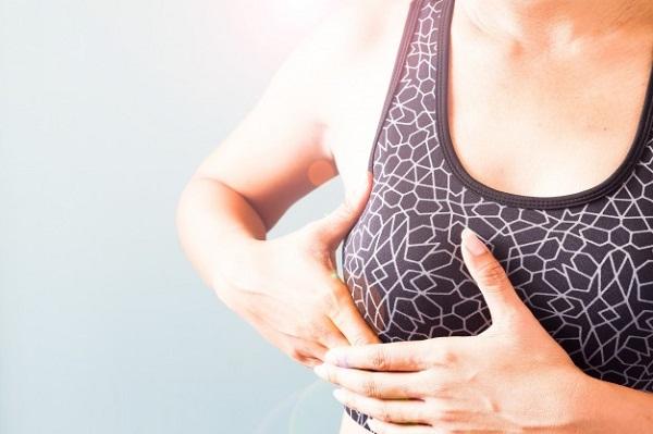 Bóp mạnh vào bầu ngực có thể làm tổn thương các nang và mô tuyến vú.