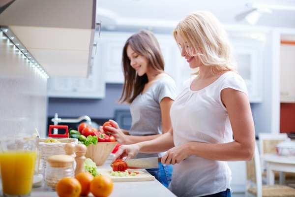 Sau sinh các mẹ nên có một chế độ dinh dưỡng đầy đủ giúp phục hồi sức khỏe sau sinh.