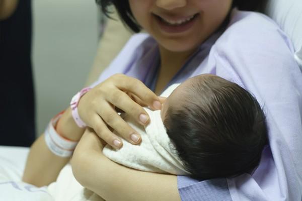 Sau khi sinh các sản phụ không đi tiểu kịp thời khiến cho nước tiểu tích tụ quá nhiều trong bàng quang.