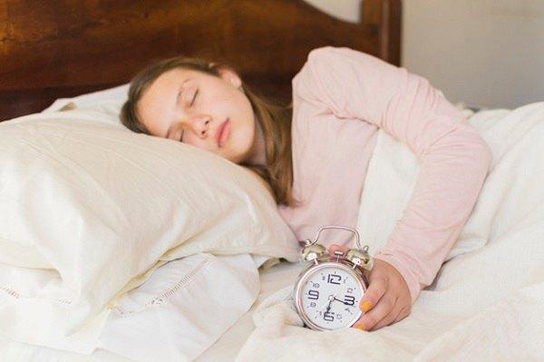 Mẹ nên nằm yên, tránh cử động trong vài giờ đầu sau khi sinh.