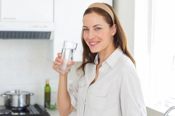 Uống nhiều nước có thể giúp mẹ làm dịu đi cơn sốt.