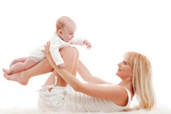 Mẹ bé chỉ nên tập bụng nhẹ nhàng sau sinh.