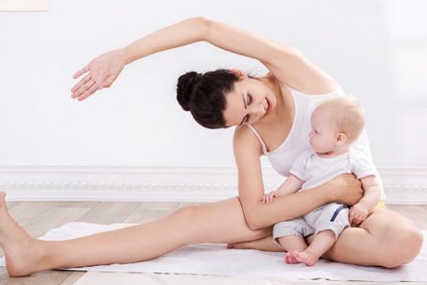 Tập thể dục sau sinh giúp mẹ khỏe bé vui.