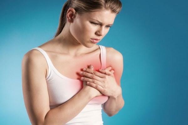 Đau nứt đầu ngực gây ra những cơn đau đớn cho mẹ bé.