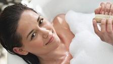 Bác sĩ giải đáp tất tần tật về chuyện tắm gội sau sinh